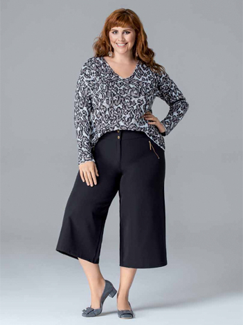 look-plus-size-com-estampa-animal-print-e-calca-pantacourt